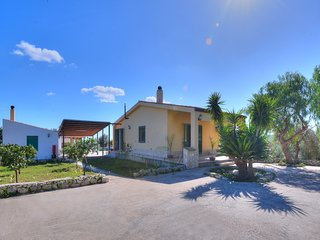 Floridia Villa Sleeps 6 with Pool Air Con and WiFi - 5247430