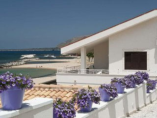 3 bedroom Apartment with WiFi and Walk to Beach & Shops - 5247379