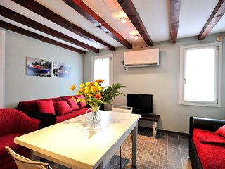2 bedroom Apartment with Air Con, WiFi and Walk to Shops - 5248507