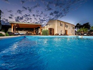 Villaggio Sporting Villa Sleeps 12 with Pool Air Con and WiFi - 5639263