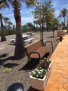 jardines Urbanización, mesas para meriendas.