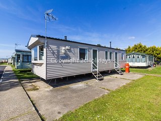 8 berth caravan for hire at Seawick holiday park in Essex ref 27063S