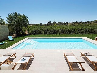 Lido di Noto Villa Sleeps 10 with Pool Air Con and WiFi - 5674729