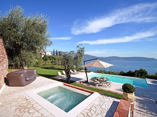 Gaino Villa Sleeps 8 with Pool Air Con and WiFi - 5248590