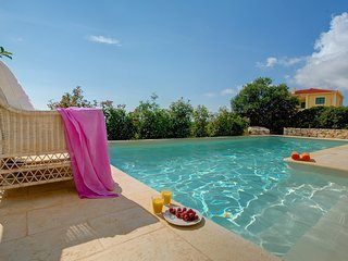 2 bedroom Villa with Pool, Air Con, WiFi and Walk to Shops - 5248674