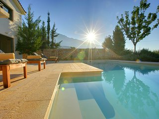 2 bedroom Villa with Pool, Air Con, WiFi and Walk to Shops - 5248675