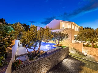 Family friendly villa with heated pool, close to Trogir and Split
