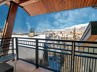 SKI-IN Rental | Outdoor Hot Tub, 2 Pools, Sauna, Gym and More!