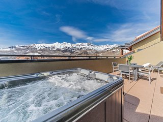 SKI-IN Penthouse Suite with PRIVATE HOT TUB on Balcony!