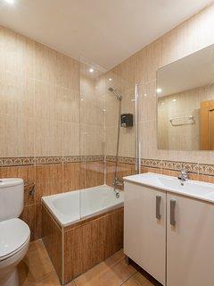 Cuarto de baño (lavado, ducha y WC) / Bathroom (sink, shower and WC)
