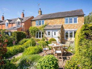 July Cottage is a stunning, traditional Cotswold stone cottage in Ilmington