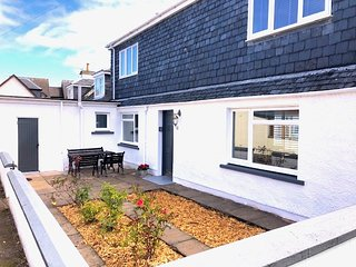 Beach Cottage Charming 4 bedroom cottage by the beach sleeps 8, 2 mins from the