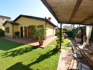 2 bedroom Villa with Pool, WiFi and Walk to Shops - 5247724