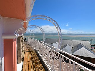 2 Bedroom Apartment with stunning views- sleeps 4