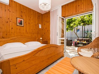 Guest House J&J - Comfort Double Room with Terrace and Garden View - No. 03
