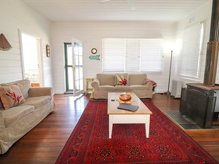 By the Beach - opposite great surfing beach - fireplace, wifi and large backyard