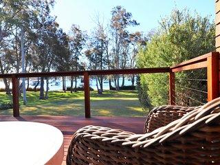 WemberleyLakehouse - Glorious lake views, Inground pool and free wifi