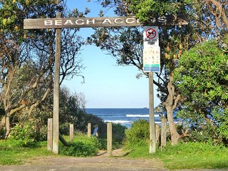 Coastal Horizons - catch the sea breezes - short walk to Caves Beach