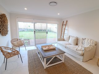 Illaroo at Catherine Hill Bay - stunnings hamptons style home, WiFi and smart TV