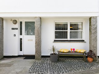 4 Porthmeor Court, Central St Ives, Sleeps 6 with Private Parking