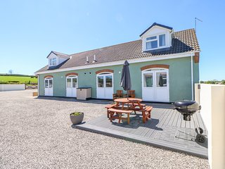BRACKEN COTTAGE, off-road parking, modern interior, near Thornley