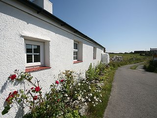 FARM COTTAGE, 2 Bedroom(s), Pet Friendly, Cemaes Bay