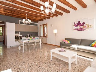 2 bedroom Apartment with Air Con, WiFi and Walk to Shops - 5248526