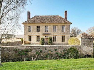 Beautiful Cotswold Farmhouse in spacious grounds, perfect for large groups!