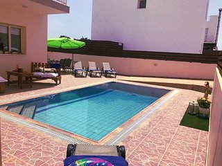 Beautiful villa with roof terrrace, over flow pool, wifi, BBQ, 3 bedrooms