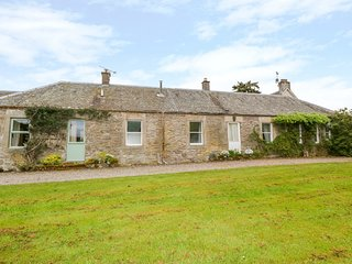 WESTER BROICH FARM COTTAGES, WiFi, tennis court, near Doune