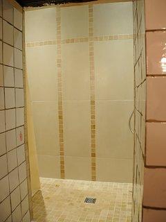 'niveau 1' : vue partielle de la salle de bain : douche italienne