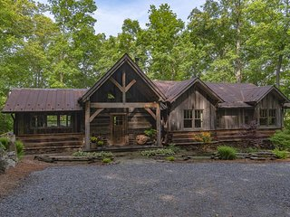 The Woodland House; Right on the doorstep of Downtown Asheville; HOT TUB & more!