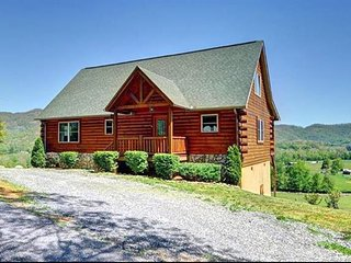 Mountain Views, Relaxation, Convenient Easy Access, Cozy Log Home Sleeps 7