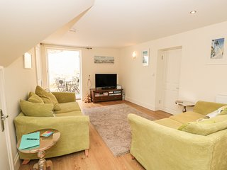 APRIL COTTAGE, pet-friendly, WiFi, in Dartmouth