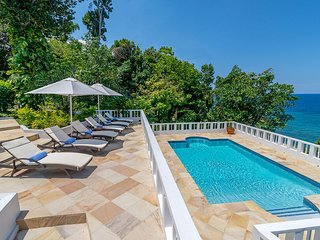ABSOLUTE WATERFRONT! AWSOME VIEWS! STAFF! PRIVATE! POOL! Wag Water Villa 3BR