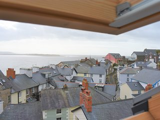 Large 2 Bedroom  Apartment Sleeping up to 4 In The Centre Of Aberdovey