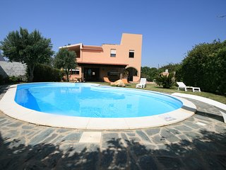 4 bedroom Villa with Pool, Air Con, WiFi and Walk to Shops - 5248053