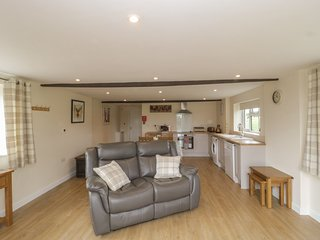 HAYLEAZE FARM ANNEXE, open-plan, parking, near Malmesbury