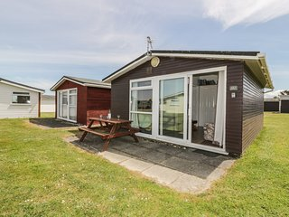 CHALET 157, open-plan living, shared utility, holiday park, cosy, in St Merryn