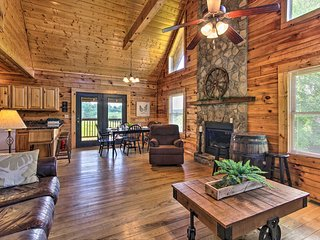 NEW! Charming Cabin w/Hot Tub - 3 Mi to Dollywood!