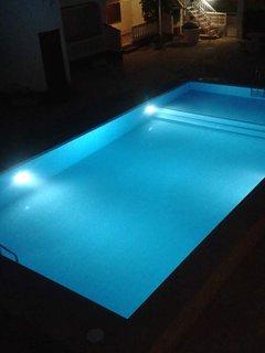 Piscina iluminada de noche para poder bañarse hasta las 12 de la noche