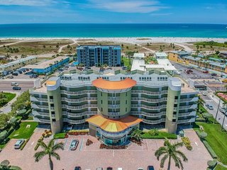 New Listing! Fantastic 2BR Apartment, Walk To The Beach, Pool, Balcony, Parking