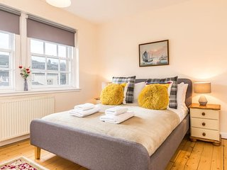 Sunny & spacious Royal Mile apt dating from 1677