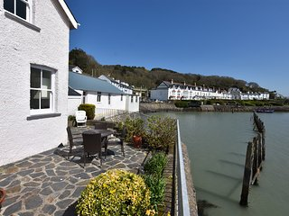 Fantastic 2 Bedroom Sea Front Cottage Sleeping 4 With Patio Looking Out To Sea.
