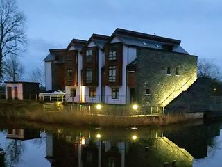 Unique location on the River Shannon with river, lake and harbour views.