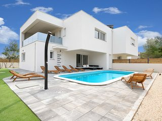 4 bedroom Villa with Air Con, WiFi and Walk to Beach & Shops - 5801306