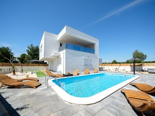 4 bedroom Villa with Air Con, WiFi and Walk to Beach & Shops - 5801308