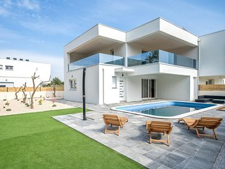 3 bedroom Villa with Air Con, WiFi and Walk to Beach & Shops - 5801305