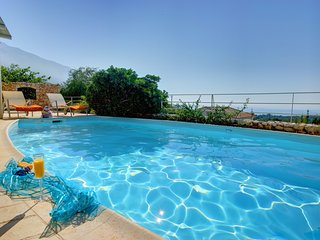 2 bedroom Villa with Pool, Air Con, WiFi and Walk to Shops - 5248672