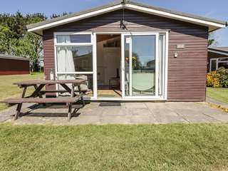 CHALET 209, cosy and detached, open-plan living, holiday park, in St Merryn